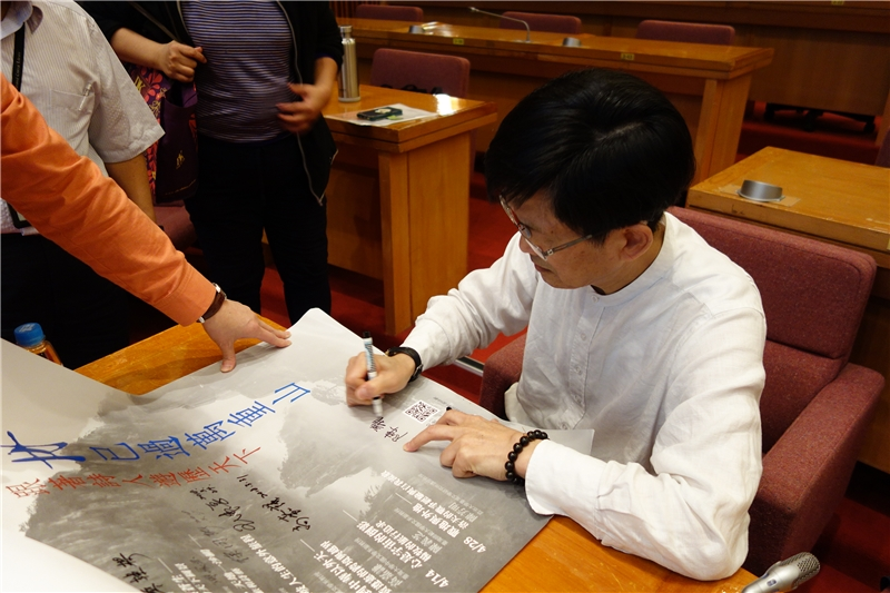 陳義芝老師為107年春季閱讀海報簽名