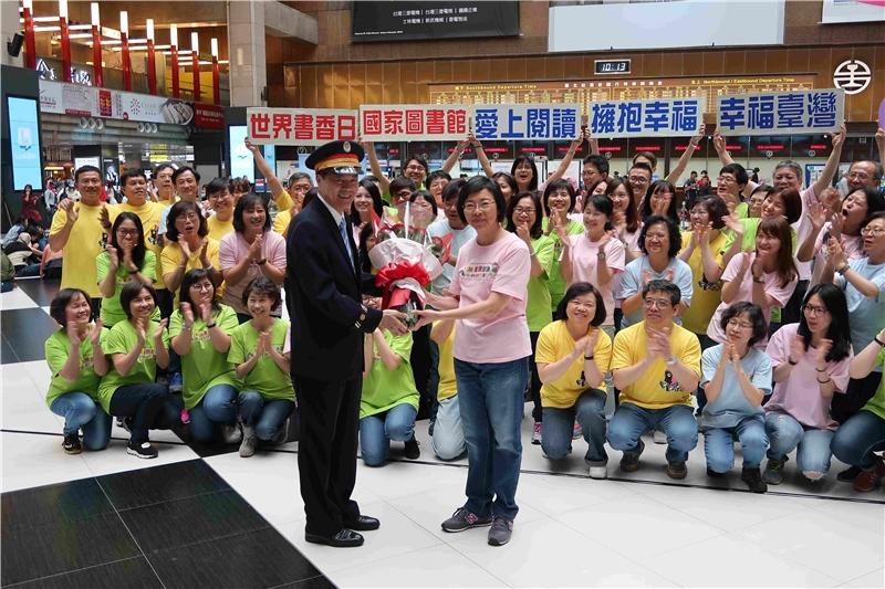 國圖曾淑賢館長與臺北車站黃榮華站長互贈玫瑰與書籍