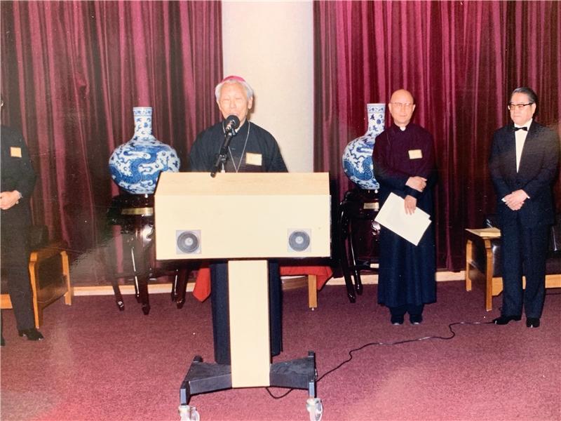 王振鵠教授(右1)受封為聖思維爵士