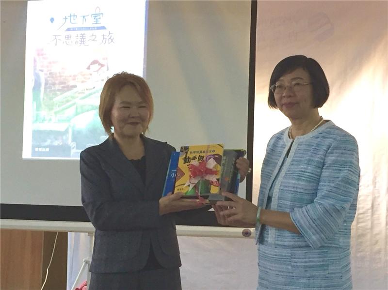 曾淑賢館長(右)代表國圖贈書給蒙古兒童圖書館,由資訊部主任Buyantsetseg Gombodozj代表接受