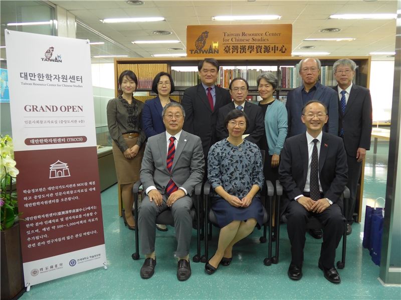 Deputy Chen (3rd from left), Taipei Mission in Korea, took a group photo with Director-General Tseng (center) and Director-General Lee (3rd from right).