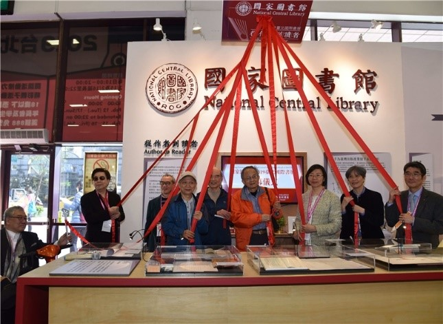 NCL's Director-general Tseng and special guests participate in the opening ceremony. They unveiled a giant book symbolizing the best of publishing.