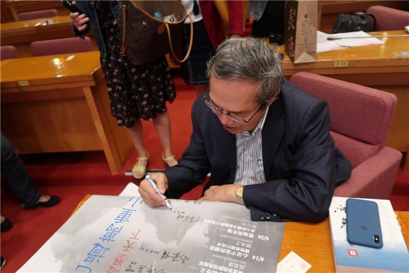 陳芳明教授為2018年春季閱讀海報簽名