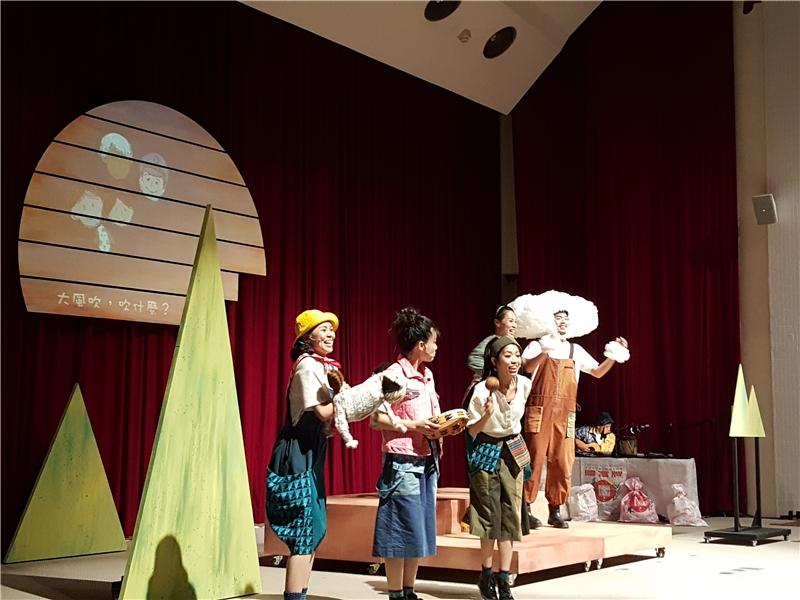 末路小花劇團團員活潑生動的演出4
