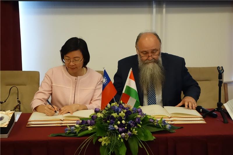 曾館長和Istvan Monok館長簽署合作協議