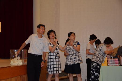 王鴻泰教授為現場贈書抽獎