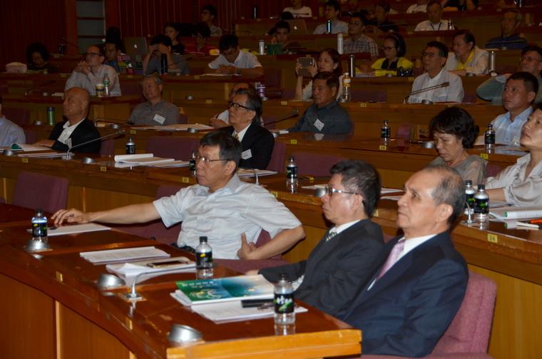 左起:柯文哲市長、江東亮董事長、黃煌雄先生