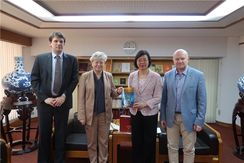 曾淑賢館長與波蘭華沙大學副校長 Jolanta Choi?ska-Mika(左2)、Maciej Duszczyk(右1)及東方研究院副院長 Jozef Paw?owski(左1)合影