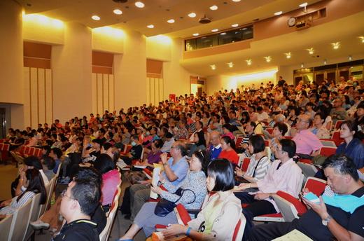 聽眾聚精會神聆聽演講