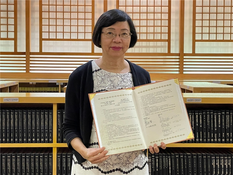 The NCL Director-General Dr. Tseng holding the signed TRCCS Cooperation Agreement.