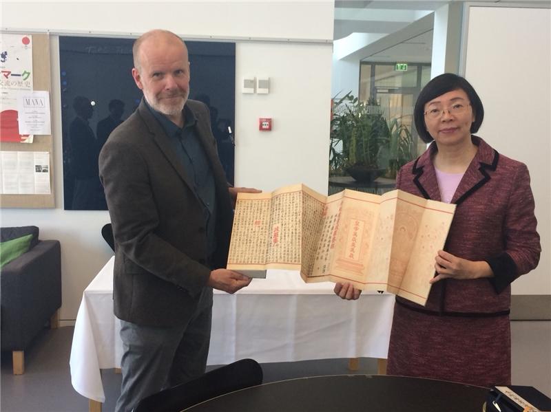 曾淑賢館長致贈北歐亞洲研究中心國寶級古籍復刻書《金剛般若波羅蜜經》,由該中心主任Geir Helgesen代表接受