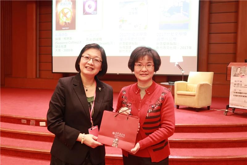 廖秀滿主任代表致贈孫德宜教授本館紀念品
