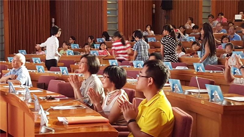 圖4:國家圖書館曾淑賢館長(第一排右3)鼓掌祝賀得獎學生