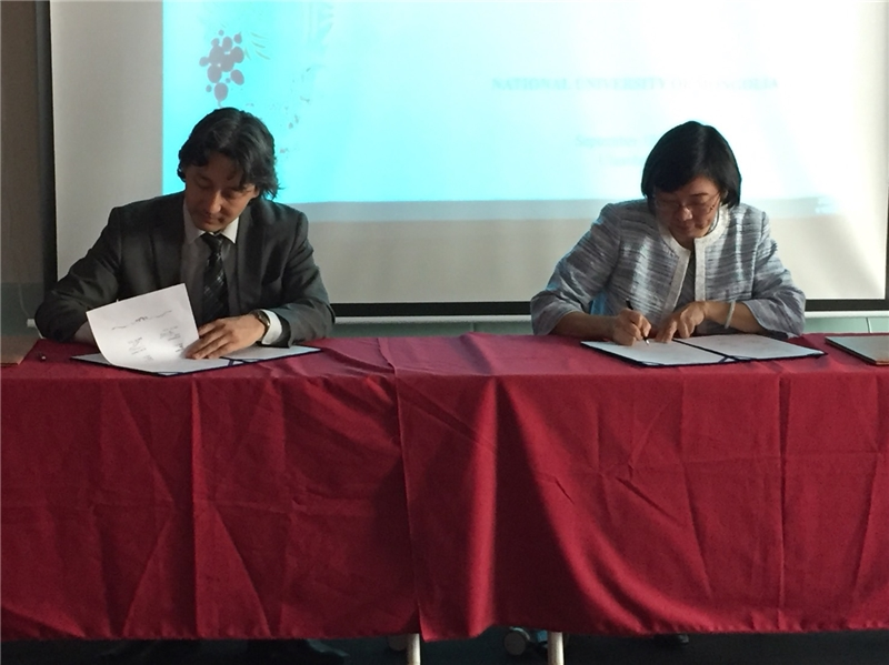 NCL Director-general Tseng Shu-hsien and National University of Mongolia's Vice President CH. LODOIRAVSAL sign the cooperative agreement on the Taiwan Resource Center for Chinese Studies