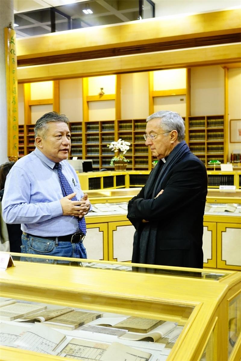梵蒂岡圖書館及教廷檔案館總館長參觀善本書室,聆聽介紹