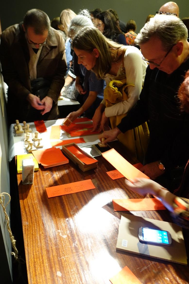 參觀來賓體驗印刷活動
