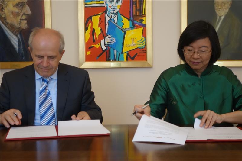 曾淑賢館長與盧比亞納大學校長Ivan Svetlik教授簽署協議加入國圖建置的「中文古籍聯合目錄」