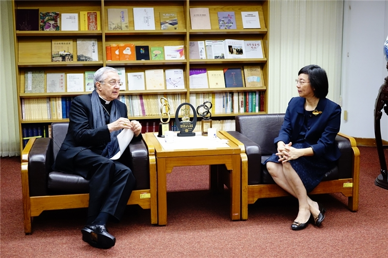 梵蒂岡圖書館及教廷檔案館總館長與本館曾淑賢館長會談