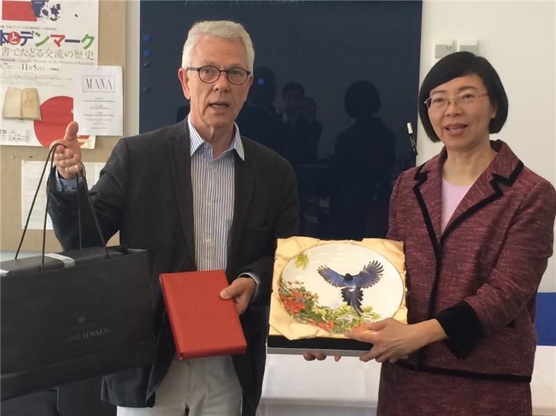 曾淑賢館長與哥本哈根大學跨文化與區域研究學院副院長Lars Hojer互贈禮物