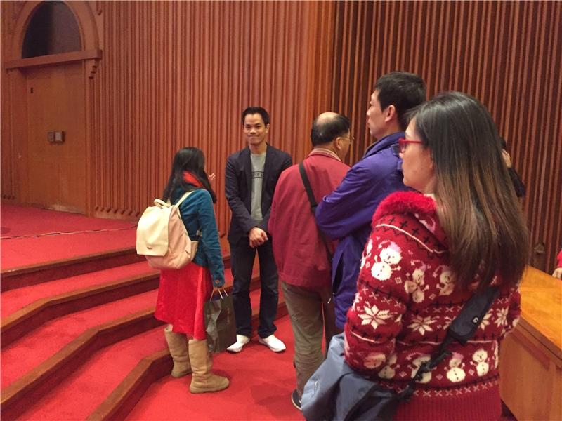 演講結束後,聽眾踴躍排隊提問