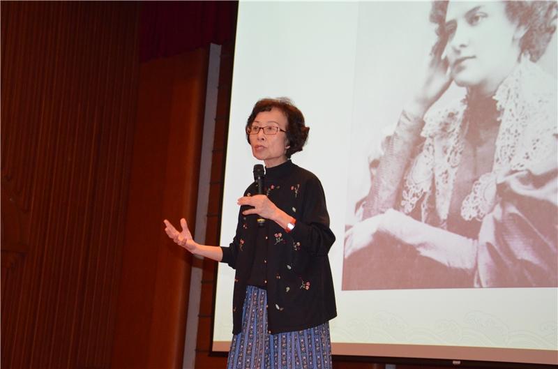 歐茵西教授介紹俄國女詩人及其詩作
