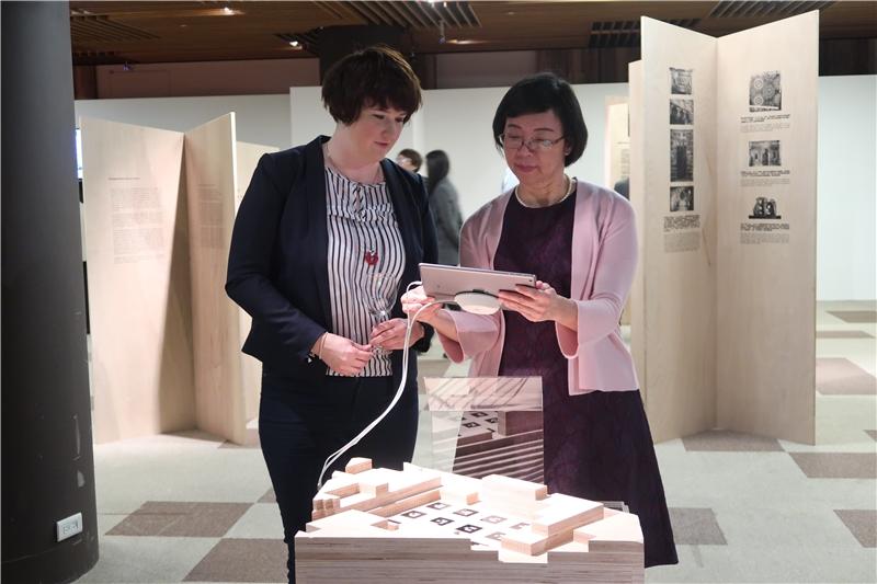 曾館長與Lanka Starkova教授觀看AR重建古蹟