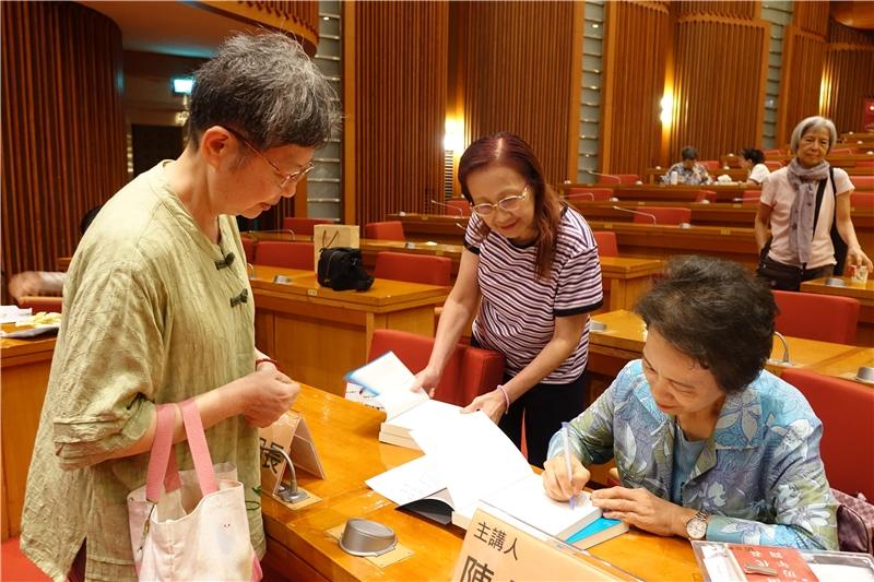 陳麗桂教授為讀者簽名(二)