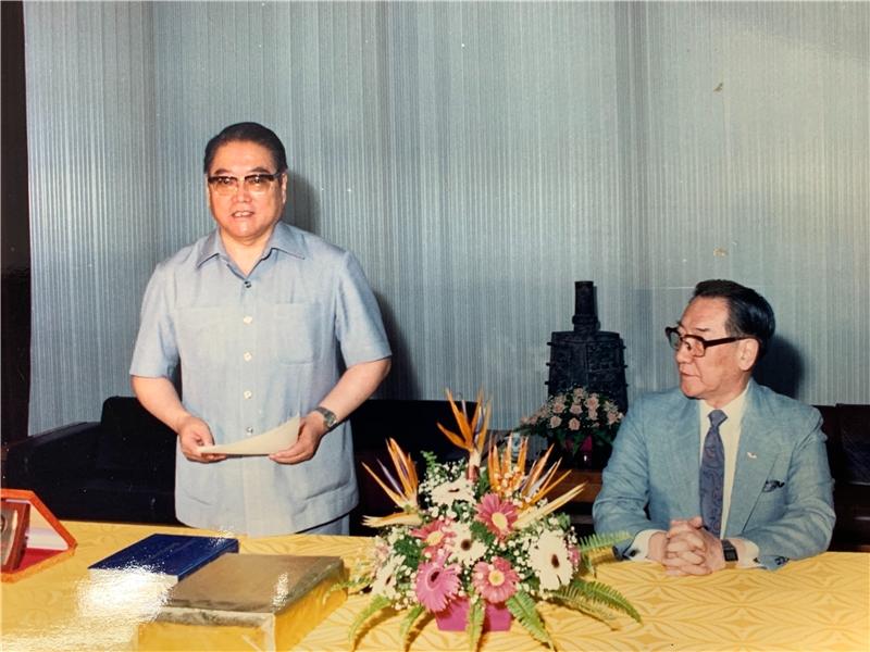 王振鵠教授(左)