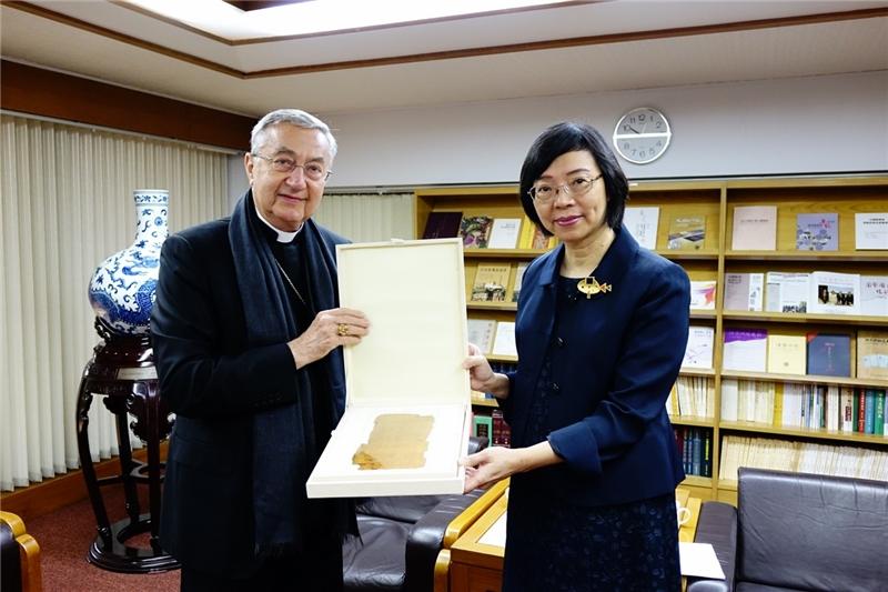 梵蒂岡圖書館及教廷檔案館總館長贈送本館羊皮紙新約聖經複刻