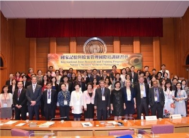 Overseas attendees, the Political Deputy Minister for Education, Tsai Ching-hwa, (7th right), and NCL Director-General Tseng Shu-hsien (6th right) at the opening ceremony