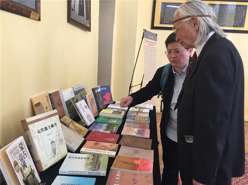 來賓參觀蒙古小書展