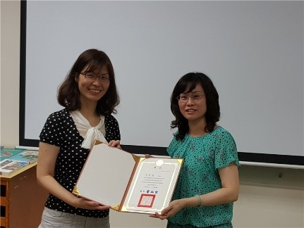 Pingtung County Cultural Affairs Bureau awards a Certificate of Merit to a participant for outstanding achievement