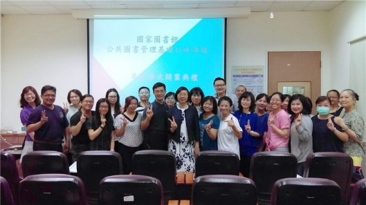 Director-General Tseng poses with course participants and distinguished guests