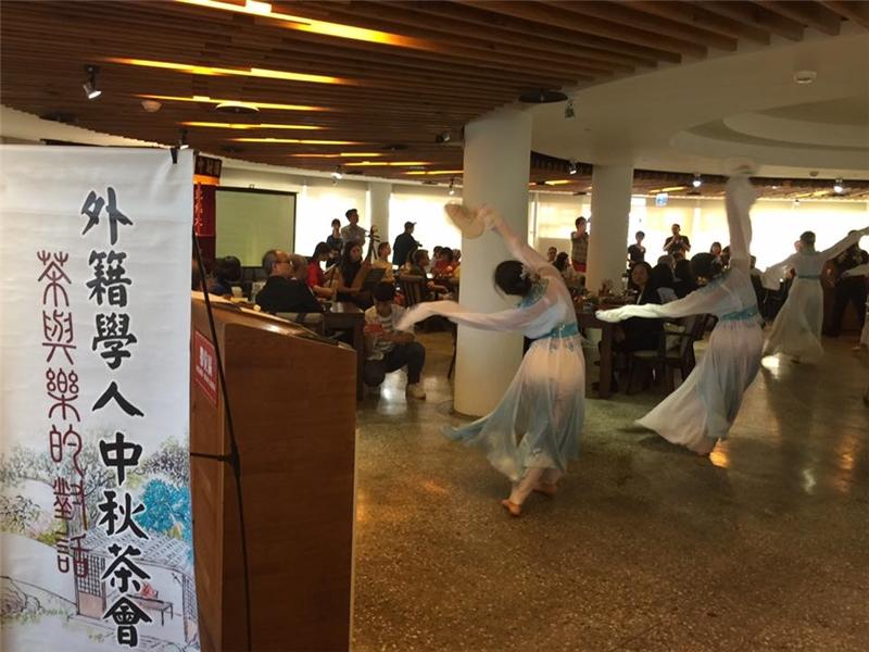 青年大使表演傳統舞蹈與琵琶音樂