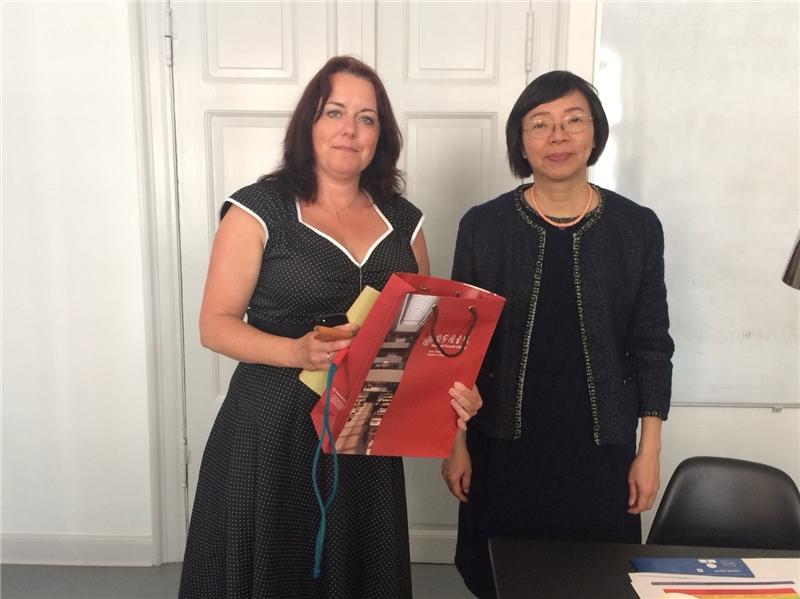 曾館長與哥本哈根市立圖書館總館副館長Sanne Caf合影