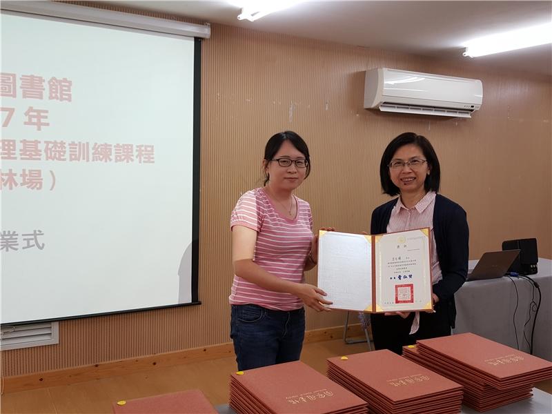 國圖陳麗君主任頒發成績優異獎狀3