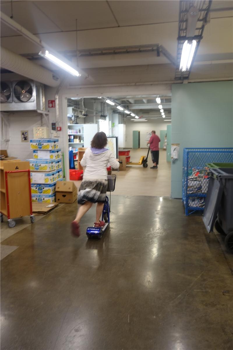館員利用腳推車在館內運送資料
