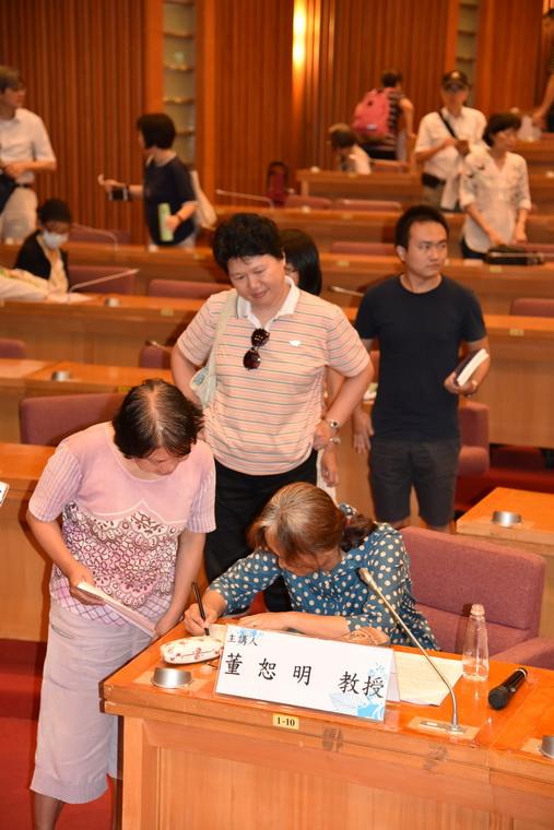 董恕明教授為現場聽眾簽書