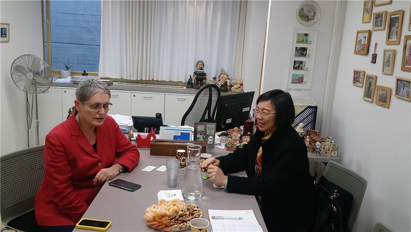 NCL Director-General Tseng and Beit Ariela Public Library Director Miriam Posner exchange experiences