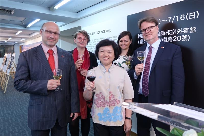 (左起)賀德韋組長、路丹妮博士、吳副館長、Dita Hladíková女士、Jiří Plešek所長