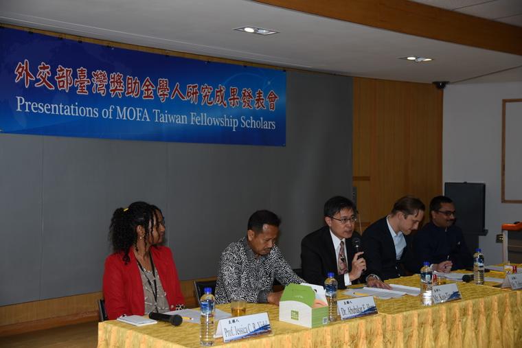 左起:Jessica Claribel Ramirez Vidal女士、Abubakar Eby Hara博士、外交部譚國定副主任、Tobias Burgers先生、Sumit Kumar博士
