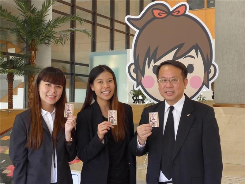 畢倫代表一行三人開心申辦國圖閱覽證