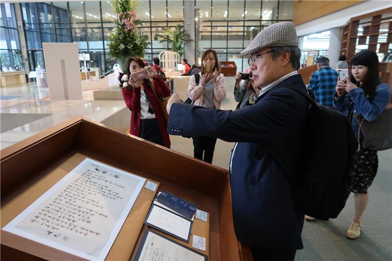 陳芳明教授參觀國家圖書館舉辦的「洛夫書展」2