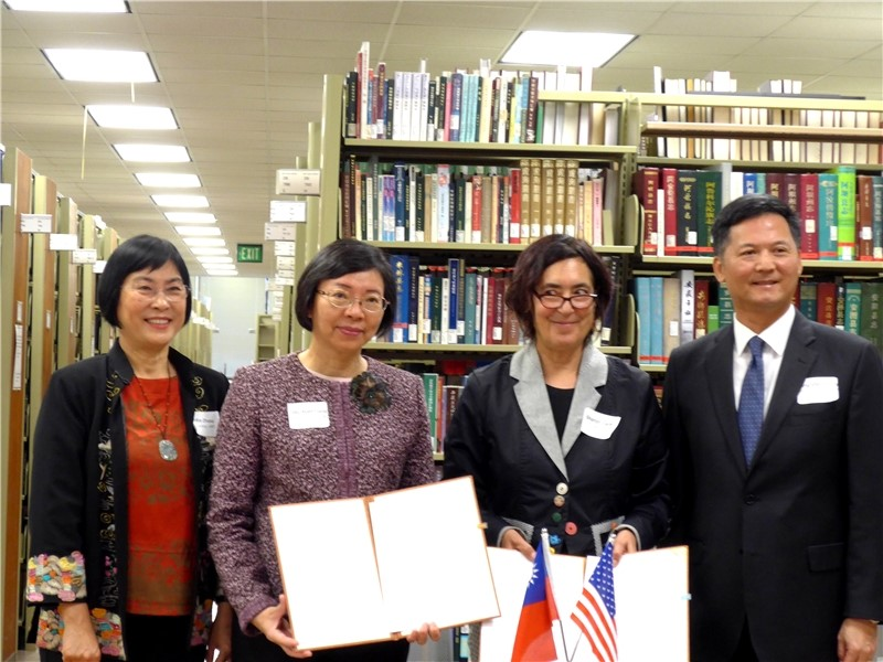 After the signing ceremony (left to right), Asia-Pacific Research Center Director Zhou Min, NCL Director-General Tseng, UCLA Associate University Librarian Dr. Sharon Farb, Los Angeles TECO Deputy Director-General Wang Ping-shen