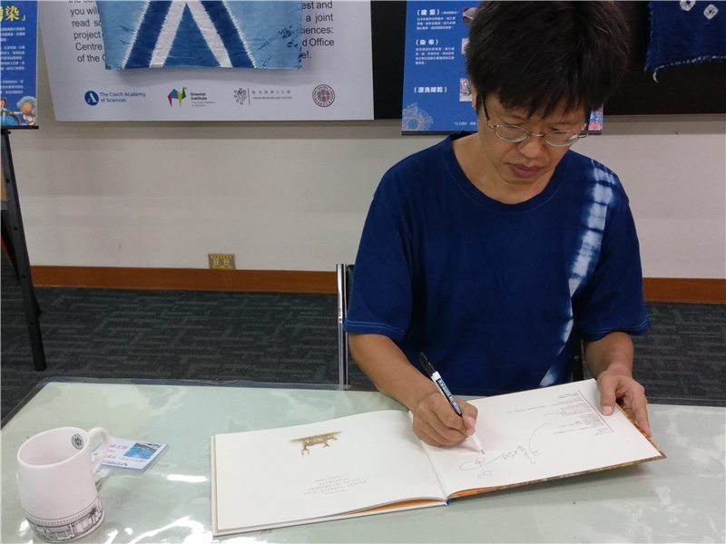 張老師於新書發表後簽書