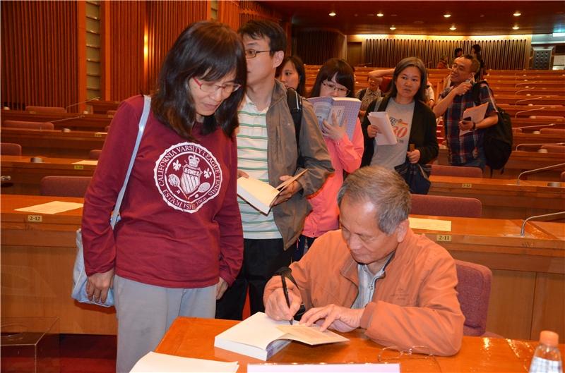 鄭芳雄教授為聽眾簽書情形