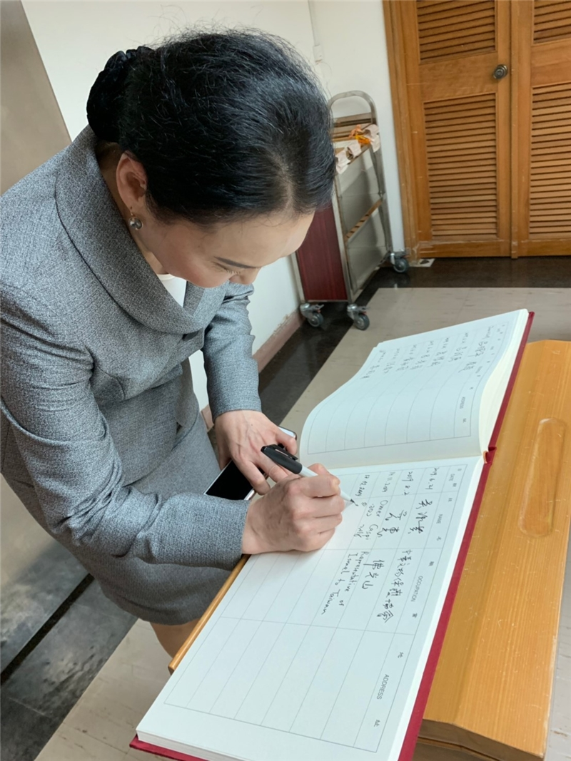 Director Ichinkhhorloo of the National Library of Mongolia signs the visitor's book in the NCL's Rare Books Room during her visit on December 17, 2019.