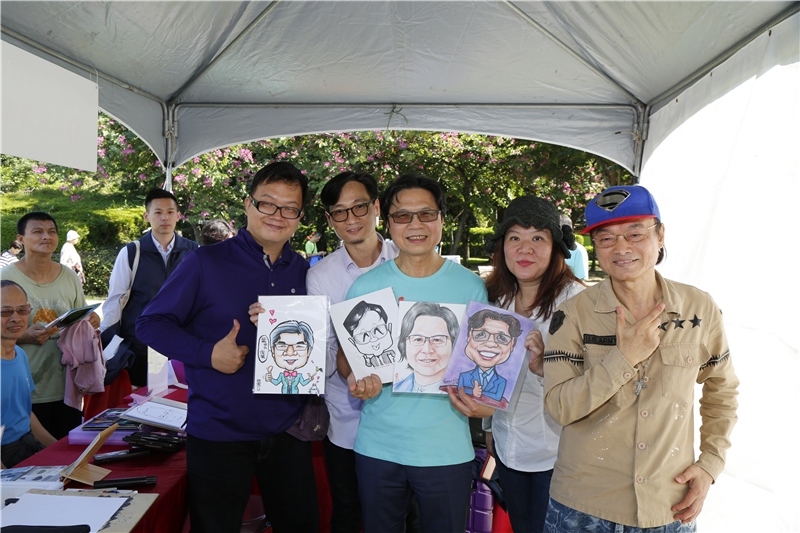 Minister Yeh (center) visited various booths at the Book Market.