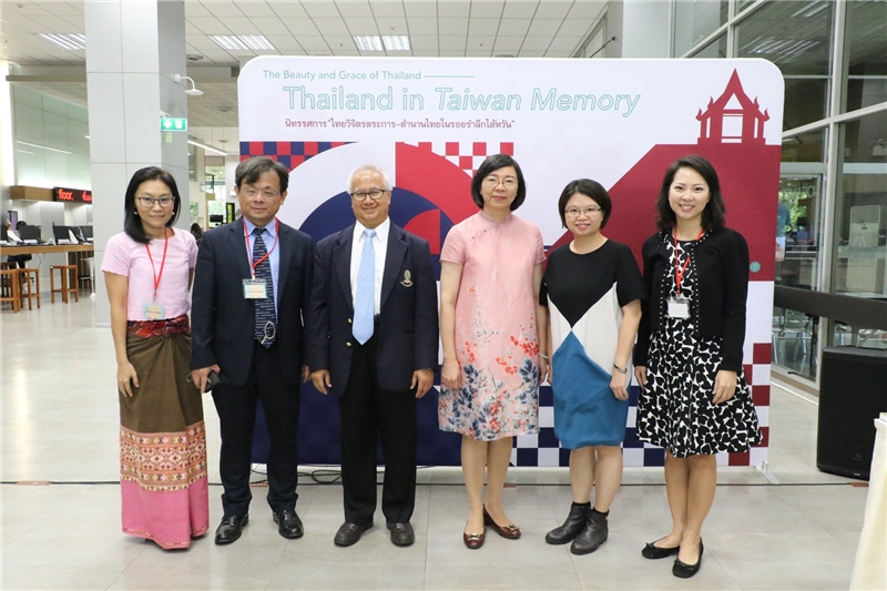 NCL's DG Tseng (right 3) take the photo with Prof. Amorn Petsom(left 3).