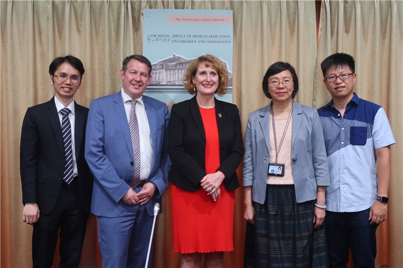 NCL Director-General Tseng (right 2nd) takes a photo with Rector Ulrike Sych (center)